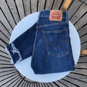 levi's populära högmidjade wedgie skinny jeans 001 ravens wing som framhäver rumpan och midjan riktigt snyggt!! 4 knappar & 5 fickor. mörkblåa med slitning längst ned (passform syns på sista bilden). avklippta till ca 90cm från midjan. mycket gott skick!