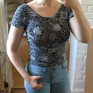 Cool topp med unikt mönster och djupare rygg, står storlek L men sitter även bra på mig som har M😊
