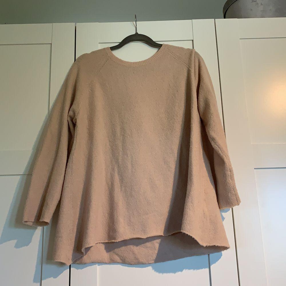 Fin tunn stickad tröja från laget 157. Använd en eller två gånger. Skulle säkert också bli fin croppad🥰. Stickat.