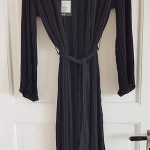 Plisserad kimono, aldrig använd, prislappen kvar. Nypris 700 kr.