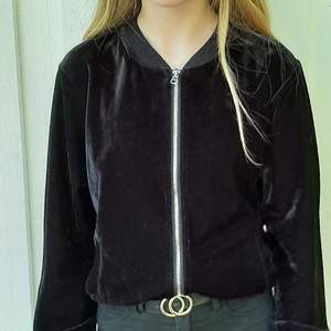 Säljer den här fina svarta tröja/kofta. Den kommer ifrån Kappahl. Är nästan aldrig använd. Frakt tillkommer 🥰❤
