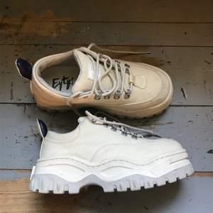 Säljer mina beige vita eytys angel skor, de är bra skick på dem men lite små fläckar här och där som enkel går att få bort. Skorna är bara använda några gånger. Köparen står för frakten💕