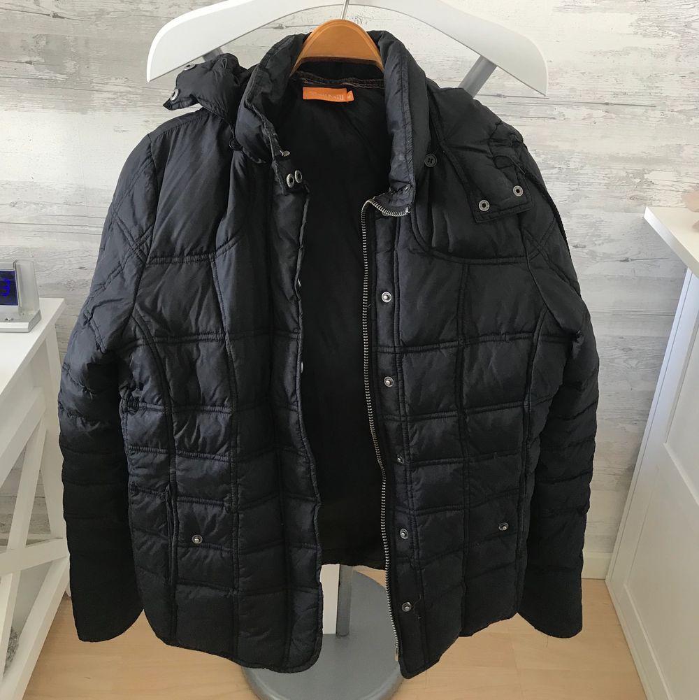 En tjockare svart jacka som inte kommer till användning🖤🥺 Köparen står för frakt, pris kan diskuteras, hör av er för mer info & bilder . Jackor.