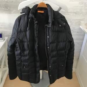 En tjockare svart jacka som inte kommer till användning🖤🥺 Köparen står för frakt, pris kan diskuteras, hör av er för mer info & bilder