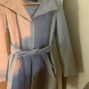 En grå kappa från Vero Moda i storlek S. Knappt använd och ser ut som ny.
