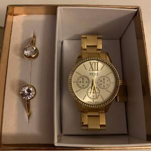 Guldfärgad klocka och armband från Regal. Armbandet är aldrig använd och klockan är använd endast ett par gånger, nästan som ny. Säljer då dom inte kommer till användning. Säljer för 150 eller budgivning om flera är intresserade💕 köparen står för frakt