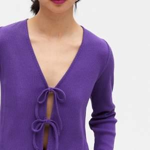 Säljer denna lila Cardigan från Monki, använd 2 gånger💞kom privat för bild🥰 frakt: 44kr
