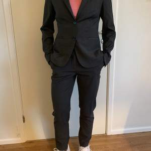 Grå kostym från MQ Stockhlm i stl 36, knappt använd, säljes för 450:-, nypris 1499:- för kavajen och 999:- för byxorna. Kostymen är i ullmix så den faller snyggt när man bär den.