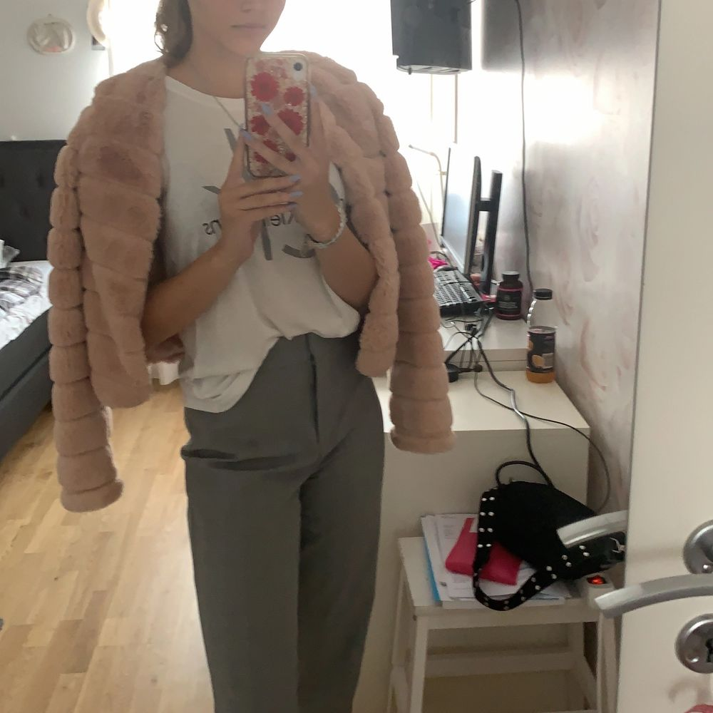 Jättefin fusk-pälsjacka i rosa/beige färg. Använt 1 gång. För liten för mig tyvärr. Budning . Jackor.