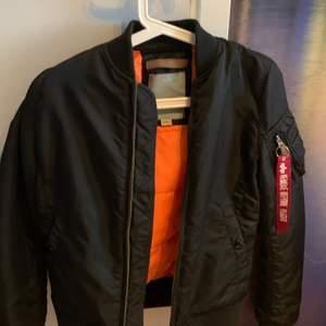Jag säljer min nästintill oanvända alpha jacka, nypriset ligger på 2200. Priset kan diskuteras och köparen står för frakten.