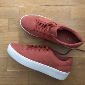 Helt oanvända sneakers i mörkrosa textil (sammet) och hög sula (2-3 cm). Från DinSko. Storlek 41.