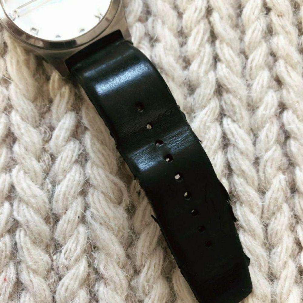 Marc jacobs klocka Mbm1214. Använd men i fint skick.💖 Armbandet kan behöva bytas eventuellt. Nytt batteri. Köparen betalar frakten 📦 Nypris 2439:-. Accessoarer.