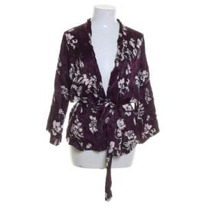 Fin lila kimono med blommönster storlek xs