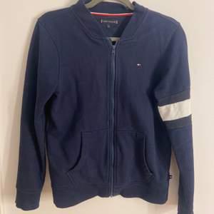 Säljer denna snygga Tommy Hilfiger tröja då den aldrig kommit till användning. Nypris: ca 900. Storlek 164 (som en xs).
