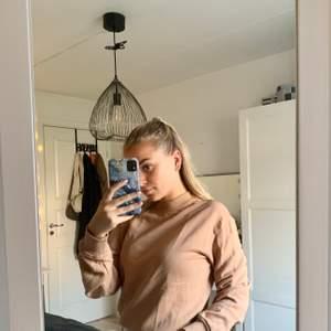 En supersnygg beige sweatshirt från Nakd. Knappt använd och superbekväm! Även en fin beige färg! Säljes nu pga. Rensning i garderoben!