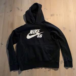 Svart Nike sb hoodie i storlek M. Köparen står för frakt! :)
