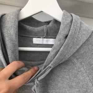 Stickad hoodie från Weekday. Bomull, ull och kashmir blend. Herrmodell storlek M, men passar även L. Köparen står för frakten.