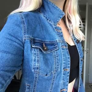Söt klarblå jeansjacka från Vero Moda. Oklart exakt när jag köpte denna men det var för några år sedan, trots det är skicket som nytt! Superskönt stretchigt material 😁 Kontakta mig vid frågor eller vid fler bilder på jackan😊 Köparen står för frakt!