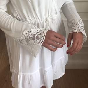 Vit somrig långärmad klänning. Köpt second hand men i jättefint skick. Jättefina spetsdetaljer på ärmarna och snygg öppen rygg. V-ringad. Köpare står för frakt :)