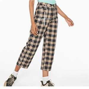 Sköna byxor från Monki. Bara använda ett par gånger, som nya! Har två små fickor på framsidan. Vida i benen. 180 sek inklusive frakt.