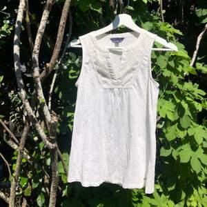 Tommy Hilfiger linne i vitt st. XS. Superfin och classy knappast använd! Ostyrkt på bilden men är i jättefint skick! Säljer för 80kr, frakt tillkommer! 🤍