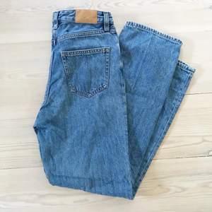 💙Raka jeans💙 Jeansen är raka i benen och höga i midjan. Midjan är 27 och benens längd är 32 Frakten ingår i priset❣️