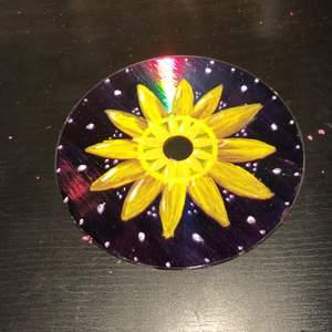 Handmålad cd skiva som föreställer en solros🌻🌼 Målad med akrylfärg och har ett glansigt lacköverdrag över💞