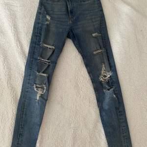Jätte fina jeans med slitningar, höga i midjan och SUPER STRETCHIGA vilket gör att den sitter jätte fint. Ett par favoriter för mig men kommer tyvärr inte till användning:(