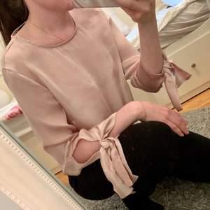 Babyrosa satinblus från GinaTricot. Endast använd en gång och sedan har den bara hängt i garderoben. Synd för den är så fin! (OBS smutsig spegel 😂)