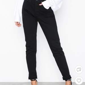 Ett par svarta Levis jeans i storlek 25, inköpa för 1150kr mitt pris 350! (Nästintill oanvända)