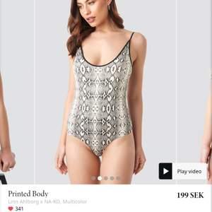 Säljer denna stringbody fast i leopard mönster. Bodyn är från Linn ahlborgs kollektion och är slutsåld på nakd. Säljer då den inte passade mig. Frakt 11kr