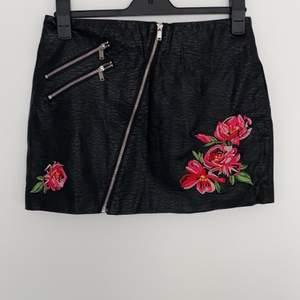 Läderkjol med blommiga detaljer. Kan sänka priset vid köp av flera plagg