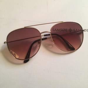 Solbrillor med brunt glas, nya och oanvönda, har legat i sitt fodral!  Köparen betalar frakt på 45kr! 🕺