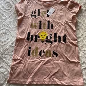 Helt oanvänd ljusrosa/beige t-shirt från GAP med prislapp kvar. Hör av er för fler, bättre bilder. Pris kan alltid diskuteras. Ev paketpris.