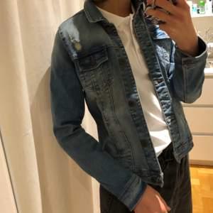 Jättecool jeansjacka från Mango. Den är i barnstorlek (13-14 år/164 cm) vilket jag skulle säga motsvarar XS. På innersidan har den två fickor som man kan ha tex en mobil i! Sparsamt använd så i fint skick. 🥰🤩