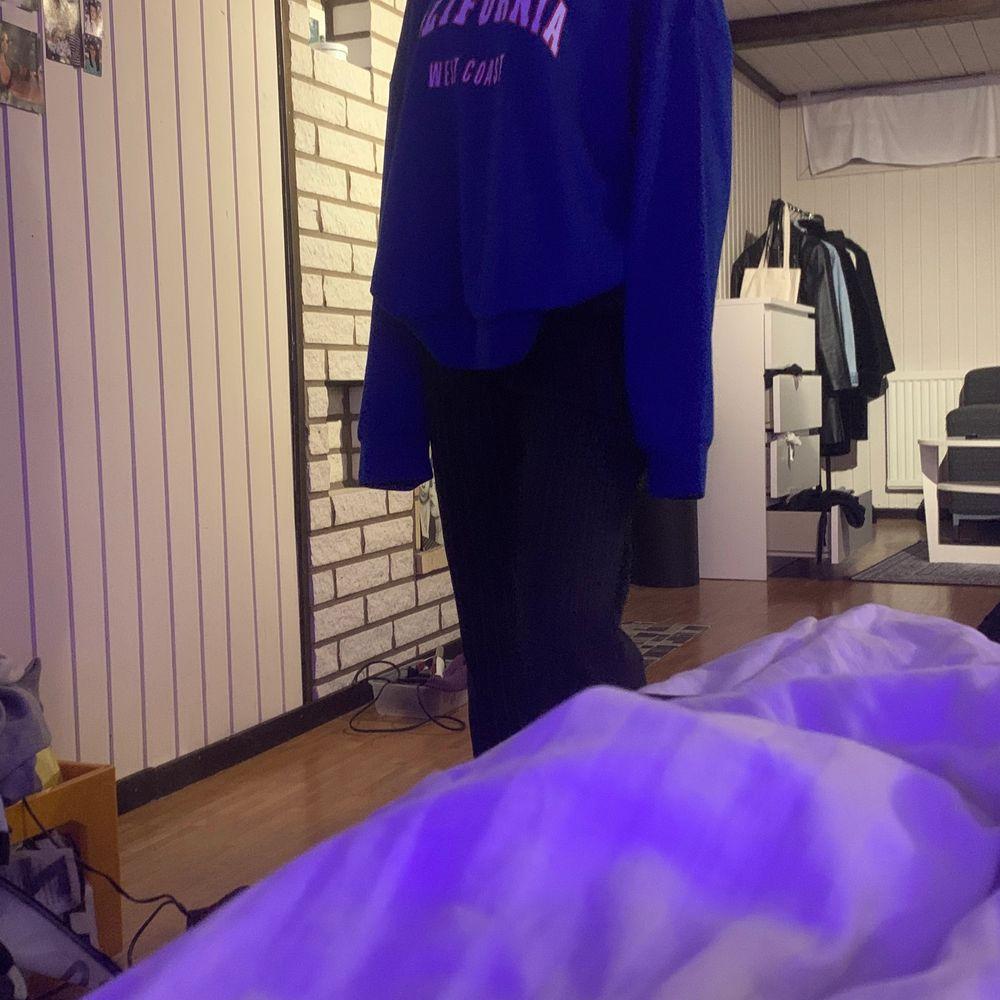 Blå sweartshirt . Huvtröjor & Träningströjor.