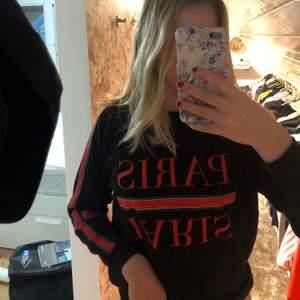 Jättefin sweatshirt köpt från new yoker från märket AMISU! Jättefin i skicket med ett tryck på magen och ränder på armarna! Storlek XS men passar även S! Köpt för 399!💕