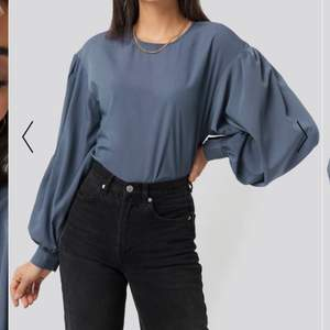 Säljer min blåa blus köpt från Nakd men ballong ärmar! Aldrig använd, prislappen sitter kvar💘 köpte den för 300 men säljer för 150!