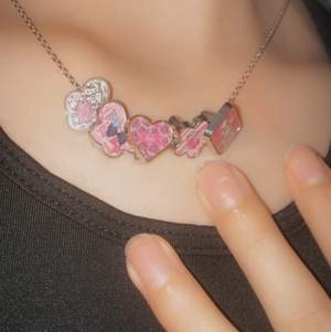 säljer detta sjuuuuktgulliga barbie halsbandet för att det tyvärr ej har kommit till använding! Säljer för 50kr. GRATIS FRAKT💓💓