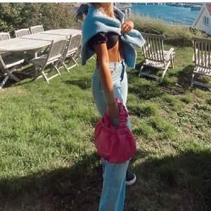 Säljer denna supersnygga rosa väska från NAKD. Köpt i somras och använd typ 2 gånger Max. Jättebra skick. OneSize. Frakt på 60kr tillkommer!💕💕