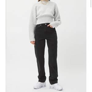 Svarta snygga jeans från weekday😇Gjorde egna hål i dom för tyckte dom var snyggare så! Säljer för dom inte kommit till användning!