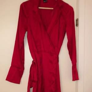 Säljer nu en röd silkesklänning från Gina tricot som aldrig är använd.