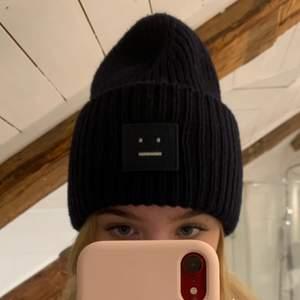 Marinblå acne mössa köpt på PK-Huset i Stockholm för 1095kr. Näsan oanvänd. Kvitto och prislapp finns! Budgivning start 500kr