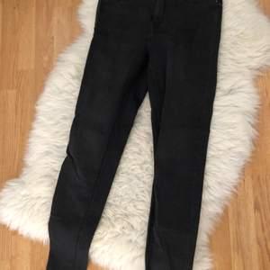 Raka svarta jeans utan hål från Gina Tricot i Molly modellen. Använda fåtal gånger. Stretchiga. Köparen står för frakten.