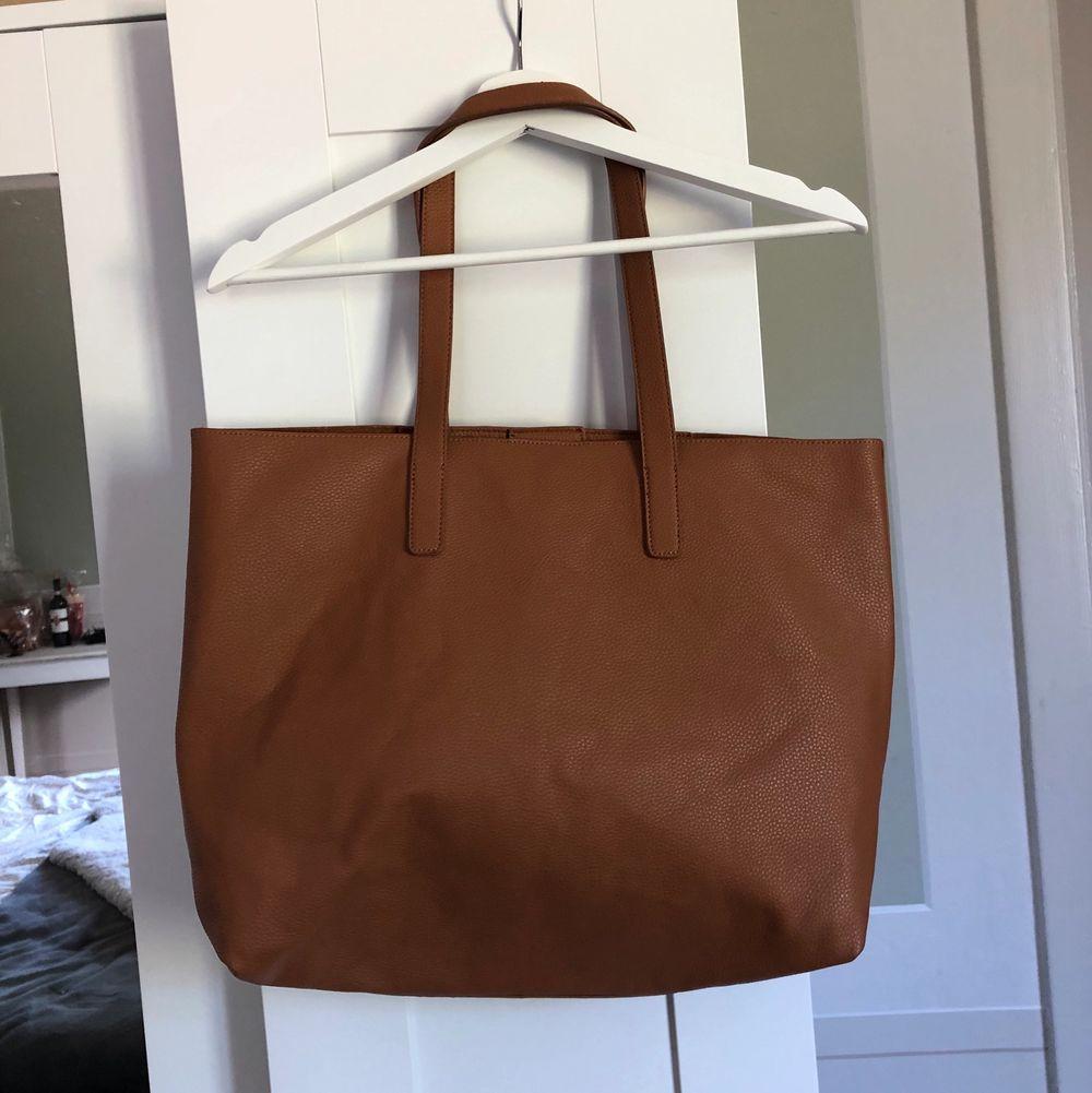 Brun, rymlig totebag/shoppingväska. Väskor.