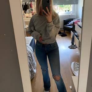 Skitsnygga bootcut jeans från crocker med hål som ja gjort själv. Hämtas i Linköping eller så står köparen för frakt 💖💖