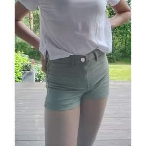 Militärgröna shorts från hm, divided i stl 34/XS. Tunnare material med två riktiga fickor där bak och två fejt fram.