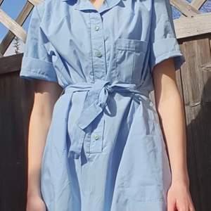 Säljer alla kläder jag har och denna ljusblå klänning ger riktigt somriga vintage vibes 💙 köpt på plick så lånar bilder! Kan frakta eller mötas upp i Uppsala 🌸