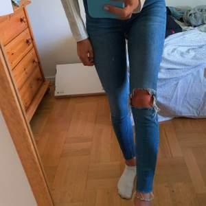 jättefina jeans från ginatricot💙⚡️ byxorna är knappt använda och är i bra skick:) är i strl 34 men passar mig som brukar ha 36. frakt tillkommer