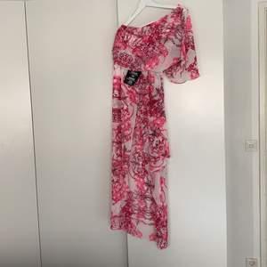 Oanvänd maxiklänning med dragkedja i sidan. Aldrig använd & med tags kvar.